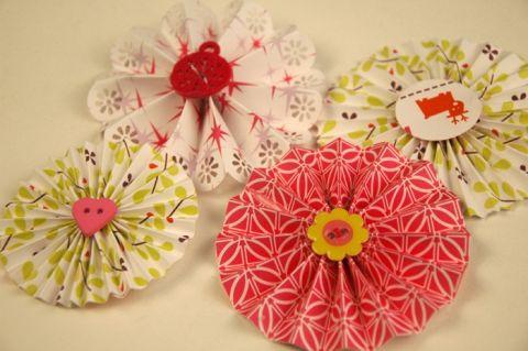 Bloemeninsigne in papier ((bloemen))