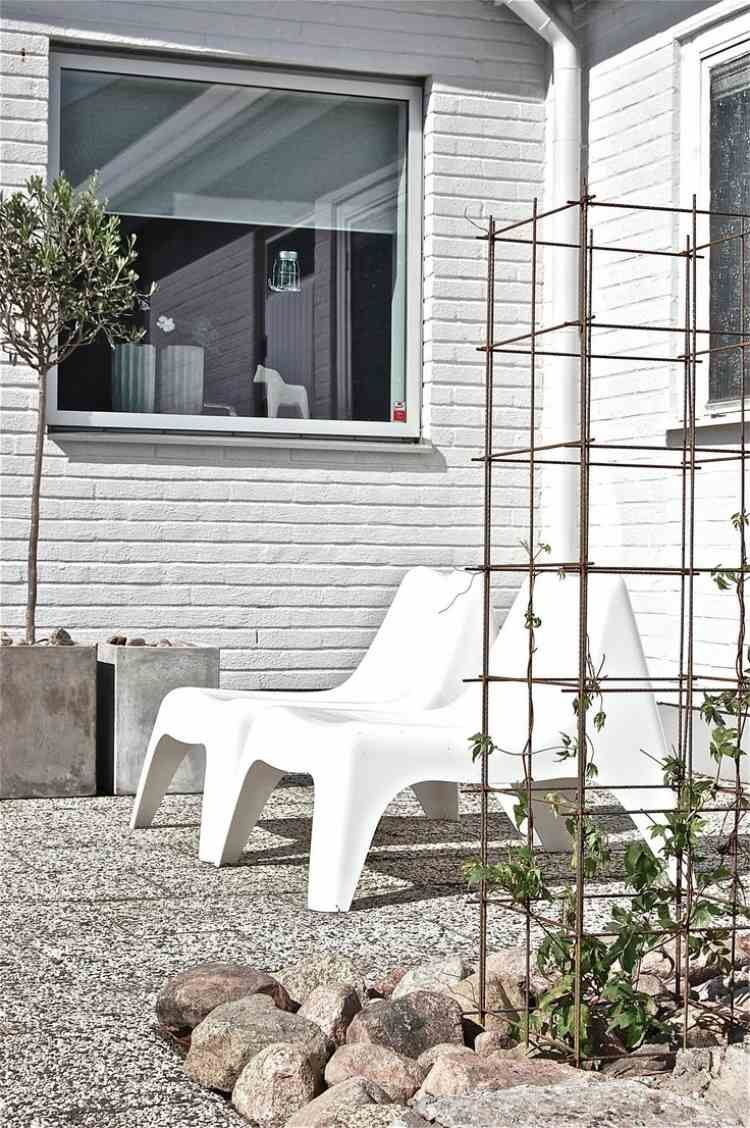 minimalistische terrasse in wei und dekoration aus steinen und beton k bel container. Black Bedroom Furniture Sets. Home Design Ideas