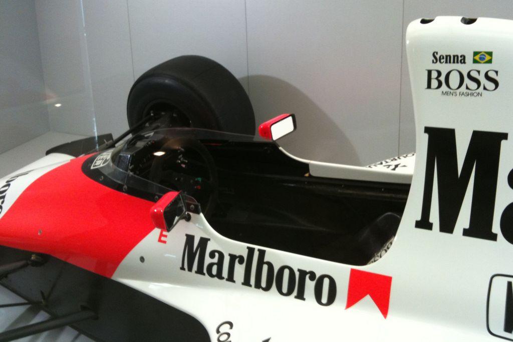 1fde639952 Uma vitrine na recepção do Instituto Ayrton Senna exibe o McLaren 27 que  deu ao piloto