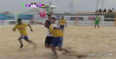 Espectacular jugada en el fútbol playa