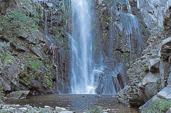 Galician luonto kätkee useita kymmeniä vesiputouksia. Kauneimpia ovat Fervenza do Toxan putoukset noin 30 kilometrin päässä Santiagosta.