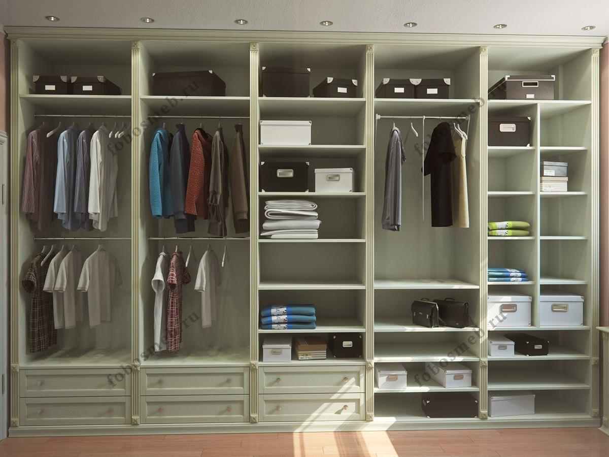 На фото: Слева от входа в гардеробную штанги и открытые ...