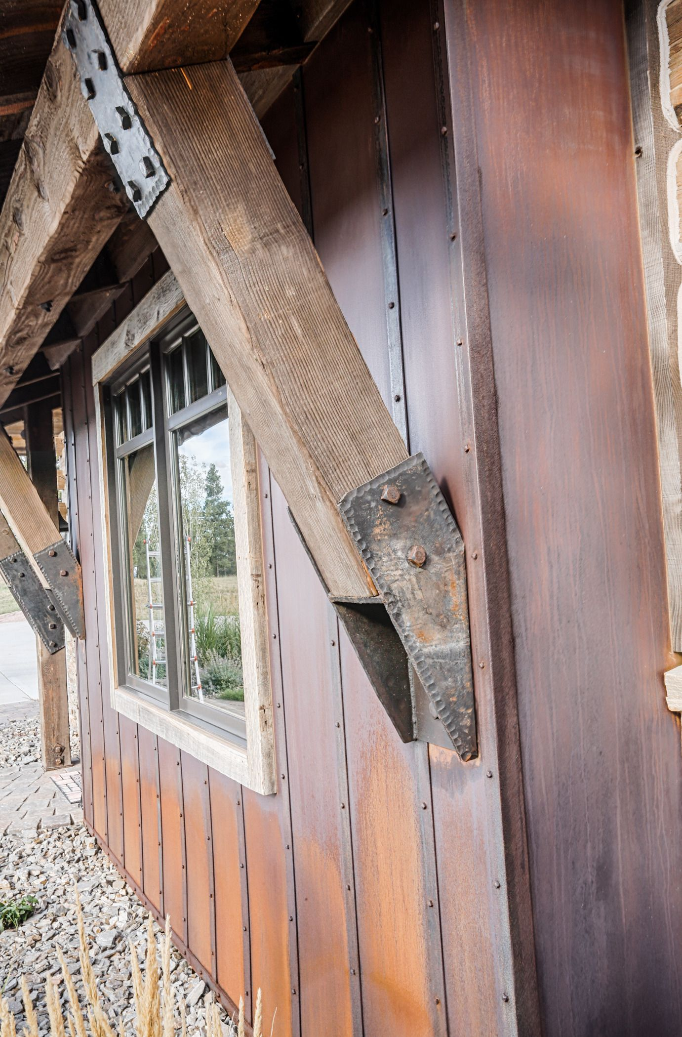 Absolutely love this accent wall in truten rustic metal - Exterior materials for buildings ...
