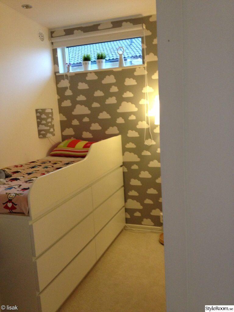 Photo of Säng ovanpå Ikea byråer. Bra förvaring. Litet barnrum.