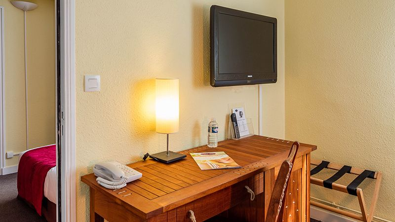Chambre équipée de bureau et télévision robert palomba