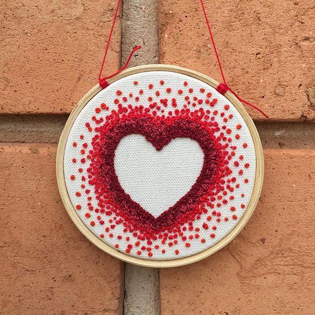 bastidor 10cm, nó francês, quatro tons, muito amor ❣ #estudiopina  #love #exclusive #embroidery #embroideryart  #handmade #handmadeembroidery #handembroidery #broderie #bordado #bordadolivre #feitoamao #art #design  #craft #decor #walldecorations  #atelier #handmadewithlove #compredopequeno #hoopart #fiberartist #stitching #hoopsepbroidery #bastidor #hoop