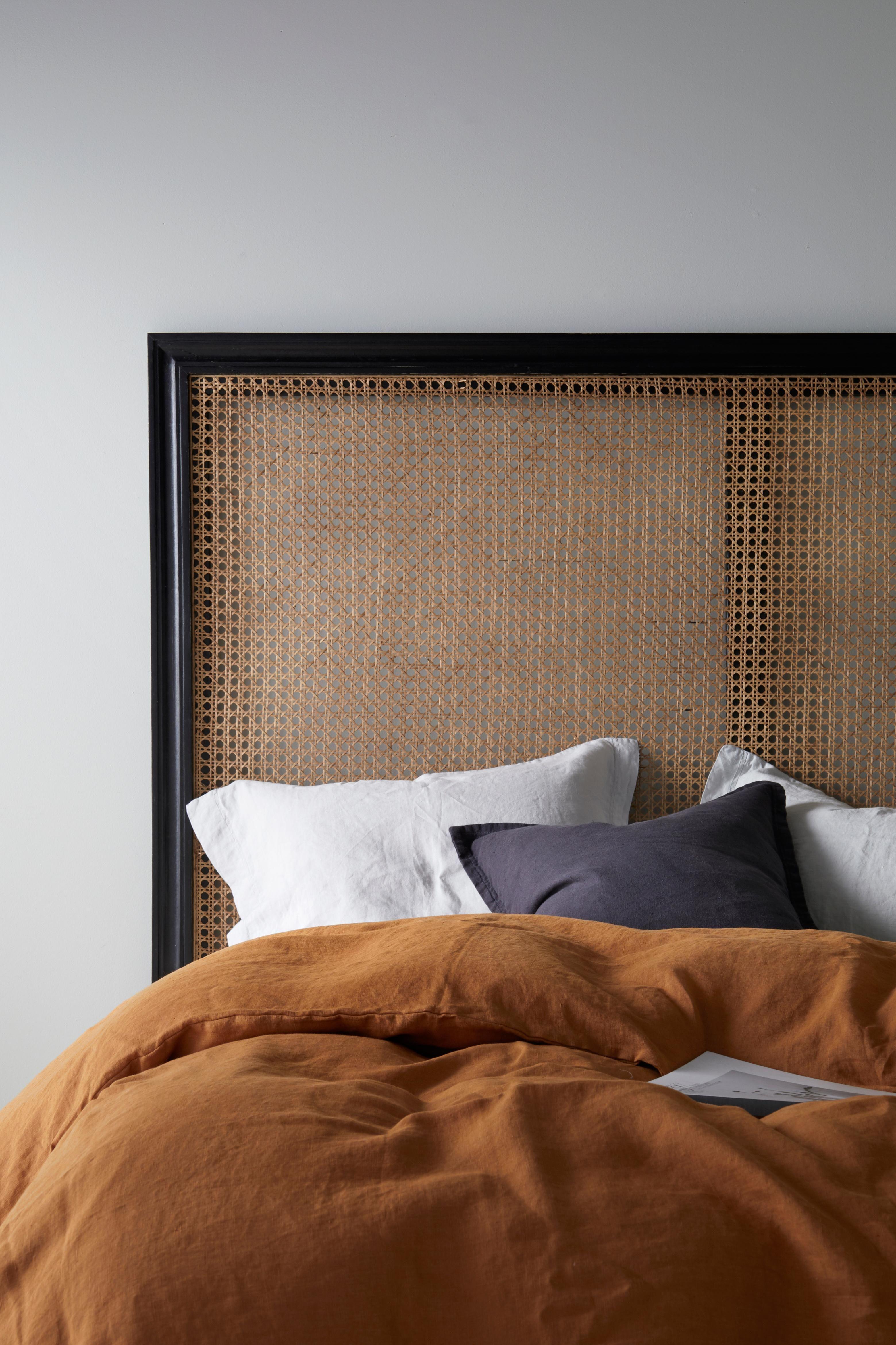 Sänggavel med svarvade ben för 180 cm säng Ställs on golvet ej för väggupphängning Av mangoträ och rotting Höjd 139 5 cm bredd 180 cm djup vid benet 8