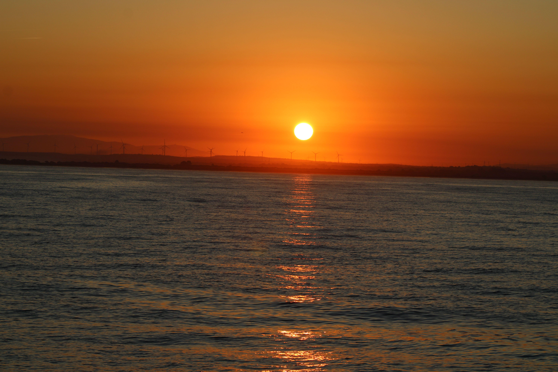 amanecer en mitad de la bahía desde el catamarán