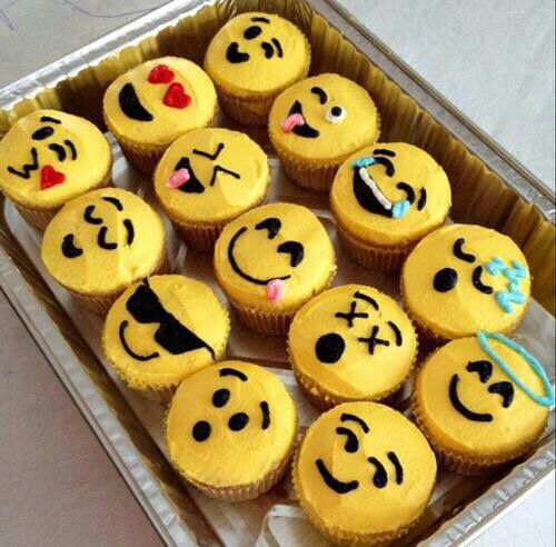 Emoji Cupcakes If I Had These In My Mouth Would Eat The With Smiley Face Heart Eyes