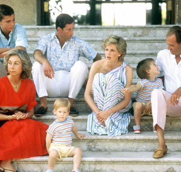 Princesa Diana y Carlos  junto a los reyes de España y el príncipe Felipe durante su visita al palacio de Marivent. Era el año 1987 la pareja intentaba guardar las apariencias y transmitir una imagen de serenidad y felicidad.