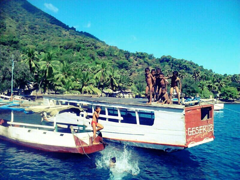 Inilah cara anak-anak Pantai Lianglolong, Pulau Pantar bermain #alor    #indonesia #Indonesiaindah #streamzoo #khatulistiwa #anak #children #IndonesiaNature #Beach #boat