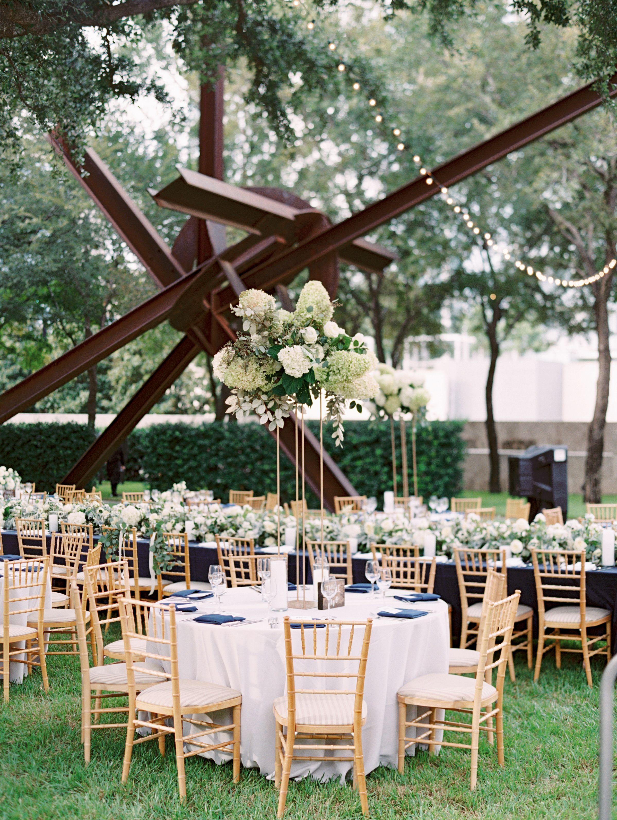 Nasher Sculpture Center In Texas Was The Backdrop For A Modern Garden Wedding Dallas Wedding Venues Wedding Sculpture Modern Garden