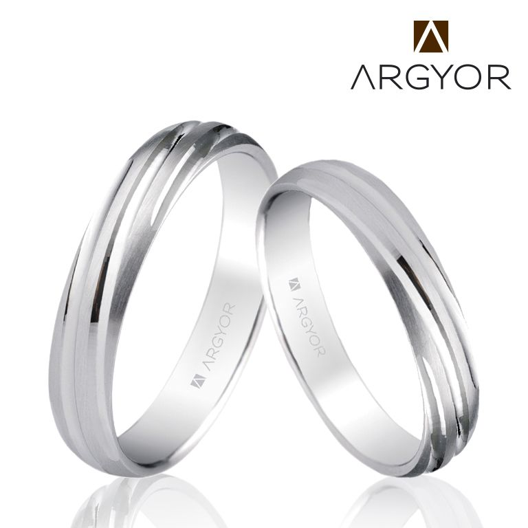 Alianza De Boda En Oro Blanco Con Un Elegante Diseño En Plisado Diagonal Los Surcos En Acabado Brillante De Couple Ring Design Couples Ring Set Wedding Rings