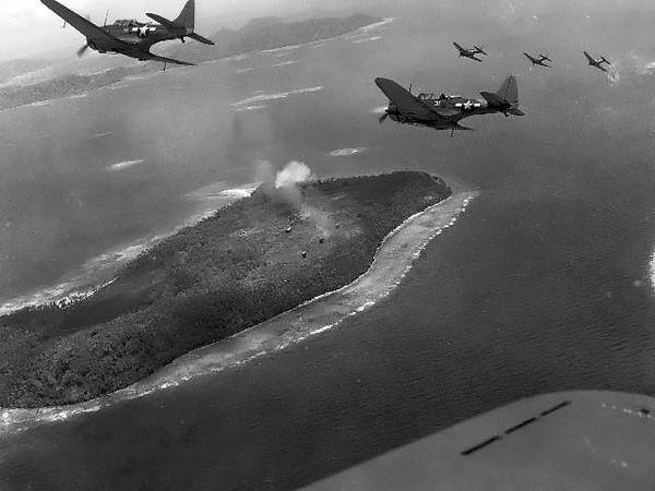 Resultado de imagen de Dauntless bombing truk 1944