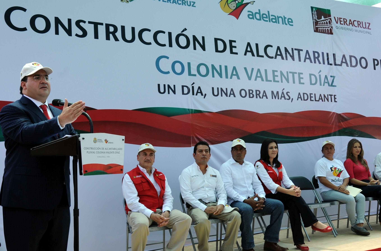 El gobernador Javier Duarte resaltó que con el Programa Adelante se busca poder dotar a más familias veracruzanas de infraestructura duradera, de calidad, y que les permita mejorar su calidad de vida y tener un mejor desarrollo social  a todos los veracruzanos y a las generaciones futuras.