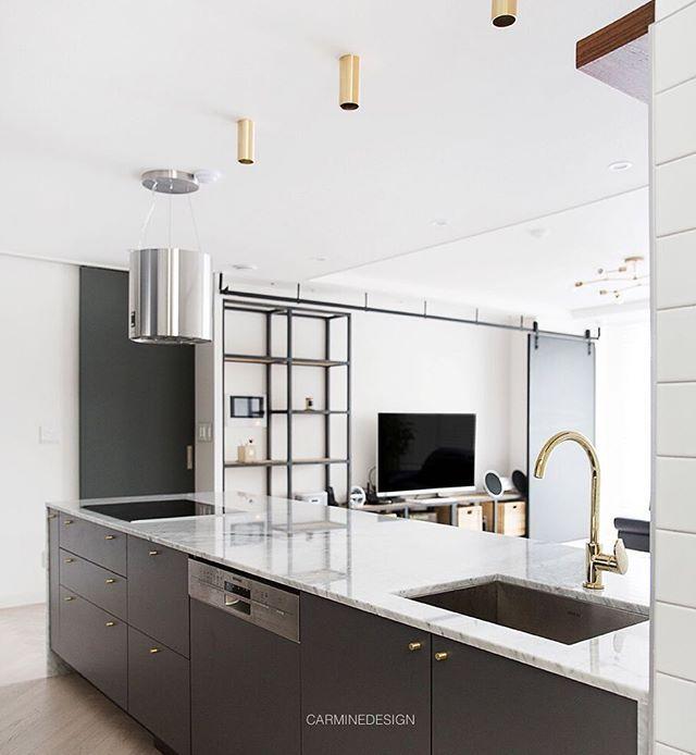 대면형 구조의 주방 천연대리석 상판은 클래스를 높여줍니다 주방에서놀기 Tv보기 대면형주방 골드깔맞춤 카민 싱크대 그레이 주방인테리어 인테리어 인테리어스타그램 인테리어디자이너 카민디자인 아파트인테리어 Kitchen Themes House Interior Kitchen Dining