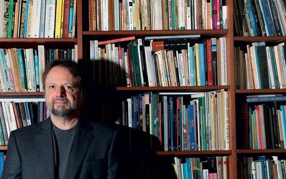 Cristovão Tezza em sua casa em Curitiba. 'A tradutora' é a nova aventura de Beatriz (Foto: Theo Marques/Folhapress)