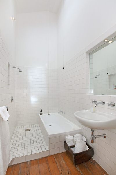 Douche italienne et baignoire dans une petite salle de bains Salle - salle de bains douche italienne
