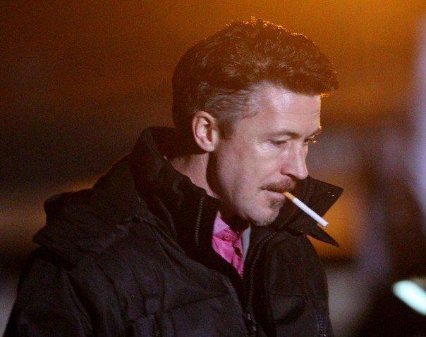 Aidan Gillen pali papierosa (lub trawkę)