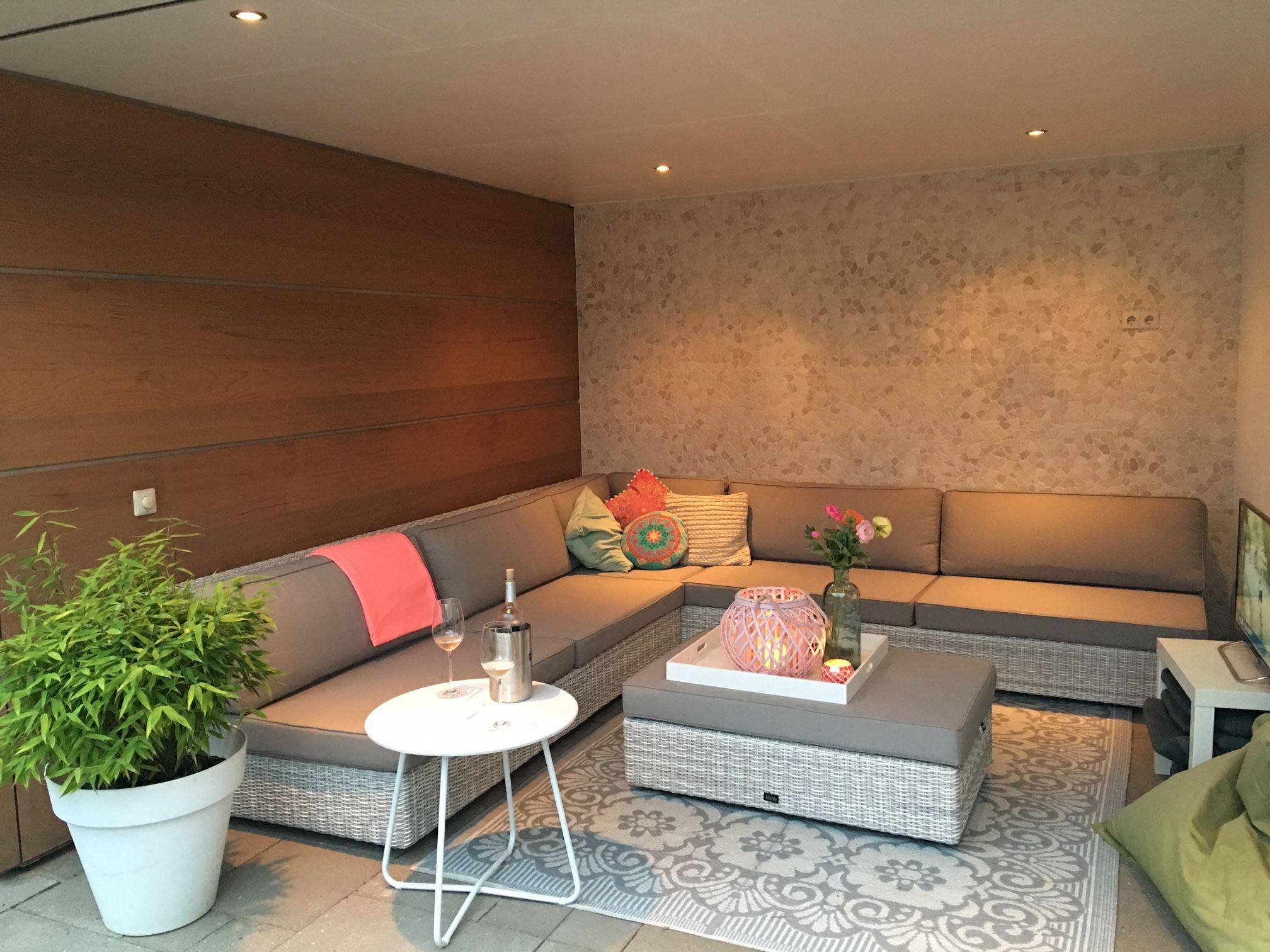 Moderne loungeset van lichtgrijs vlechtwerk en taupe kleurige