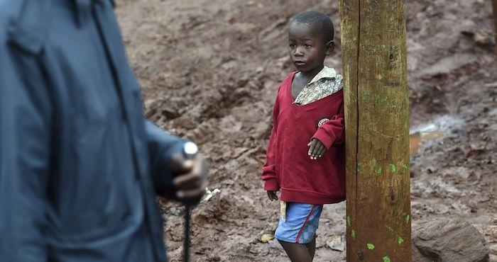 """Foto: EFE. CRÓNICA   El Papa Francisco en Kenia: 100 mil personas sin agua ni luz reciben la bendición Nairobi, donde 100 mil personas viven sin agua potable ni alcantarillado y donde la electricidad se raciona. """"La vida es difícil aquí"""", confiesa una maestra católica, quien esperaba recibir, """"por lo menos"""", la """"bendición"""" de el Papa.  http://www.sinembargo.mx/27-11-2015/1564717"""