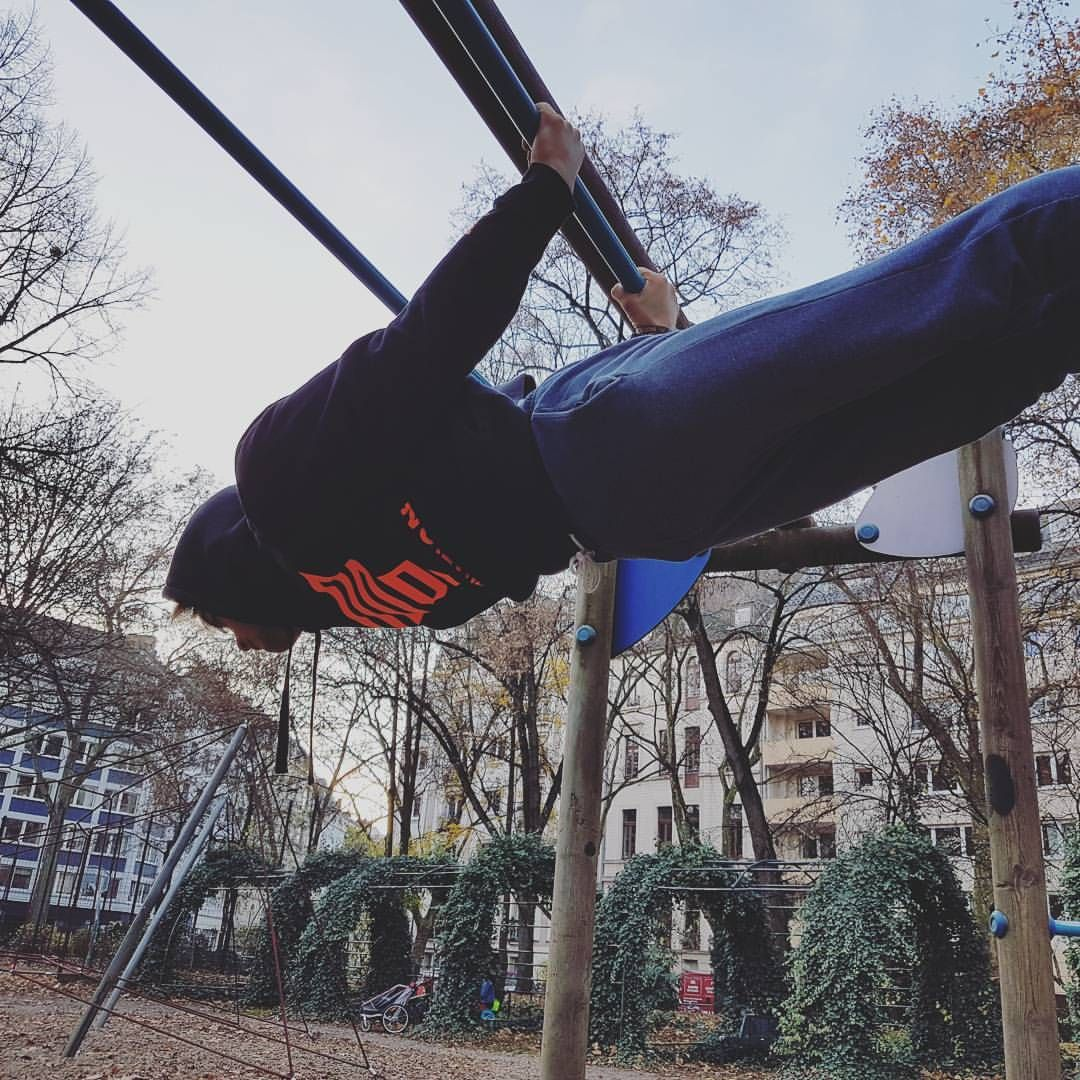 Straight Backlever on some random bars. Often there is the difficulty to find a work out. For this you can easily go on www.calisthenics-parks.com and look for bars near you. Check it out! 🔥🔥 Model: @melickraft
