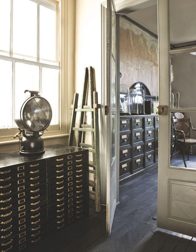 La maison de l'antiquaire Alex MacArthur à Brighton | Intérieurs industriels, Antiquaire et Déco ...
