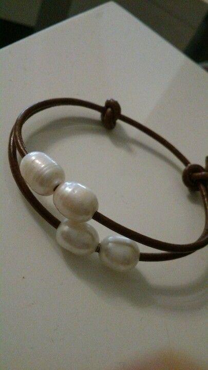 32c745cdb71c Pulsera de cuero con perlas cultivadas