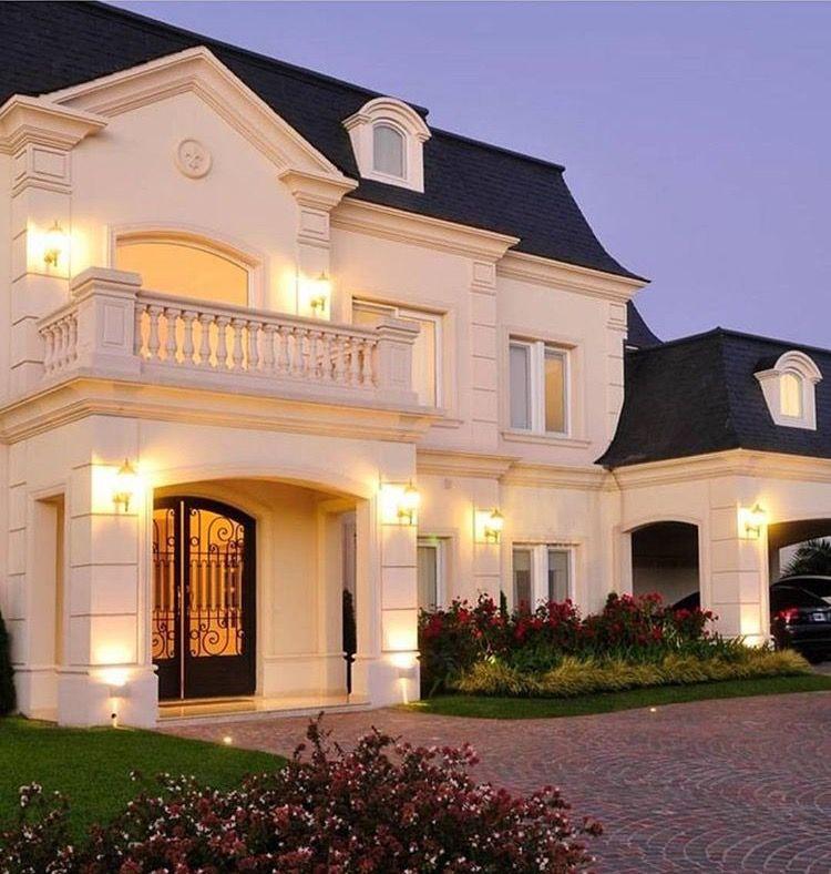 Casa moderna de amplio territorio fachadas casas y for Mejores fachadas de casas modernas