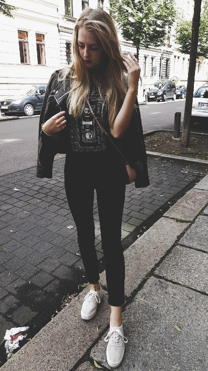 Lederjacke Nirvana T Shirt Schwarze Hose Weiße sneaker Rosa