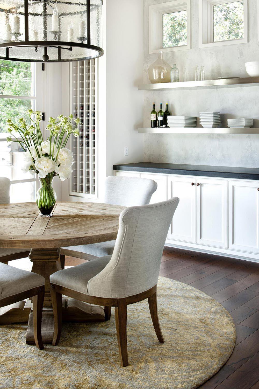 Küche im Landhausstil, runder Esstisch, weiße Küchenmöbel, rustikal ...