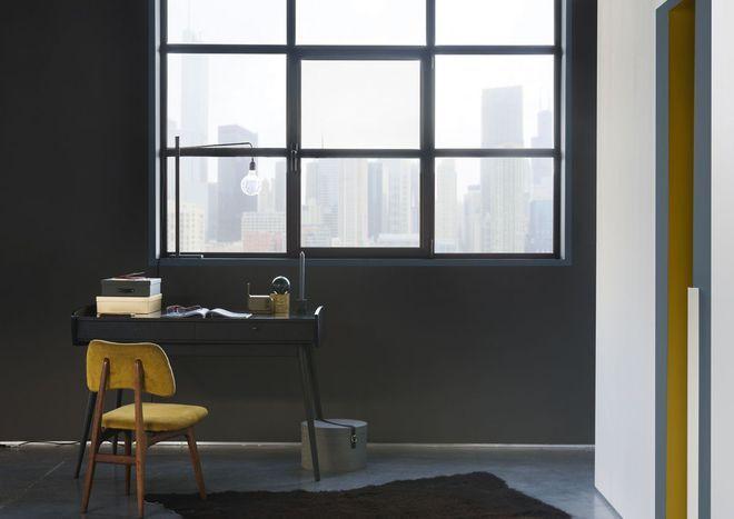 Tout en noir, le bureau se fond dans le mur