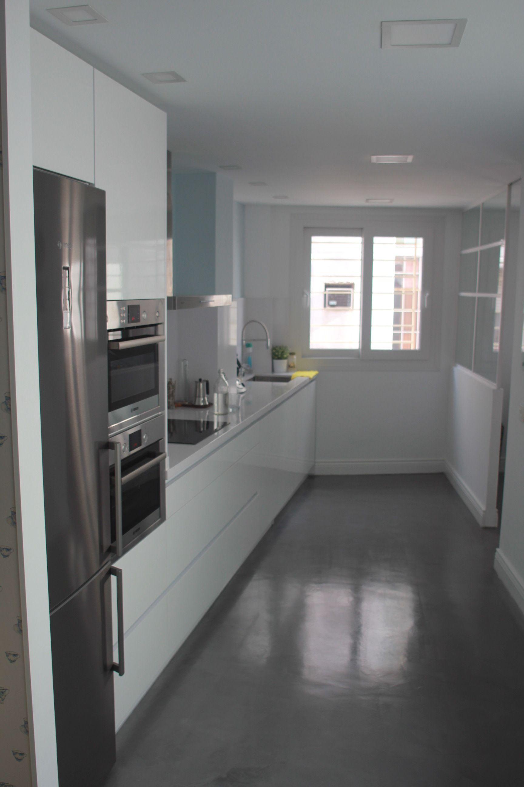 Cocina Estilo Moderno Blanco Gris Gris Diseno De Cocina De Lujo Diseno Muebles De Cocina Cocinas Rectangulares