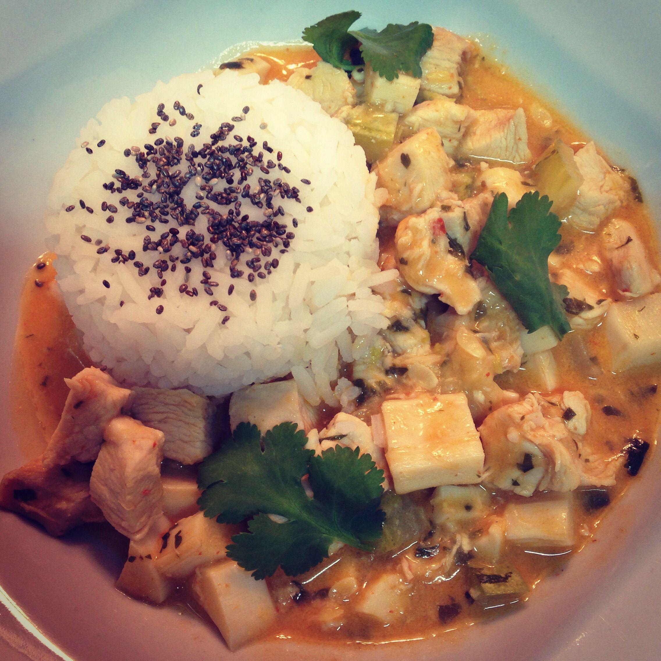 Curry vermelho de frango, palmito e abobrinha com arroz jasmin! Receita no blog!