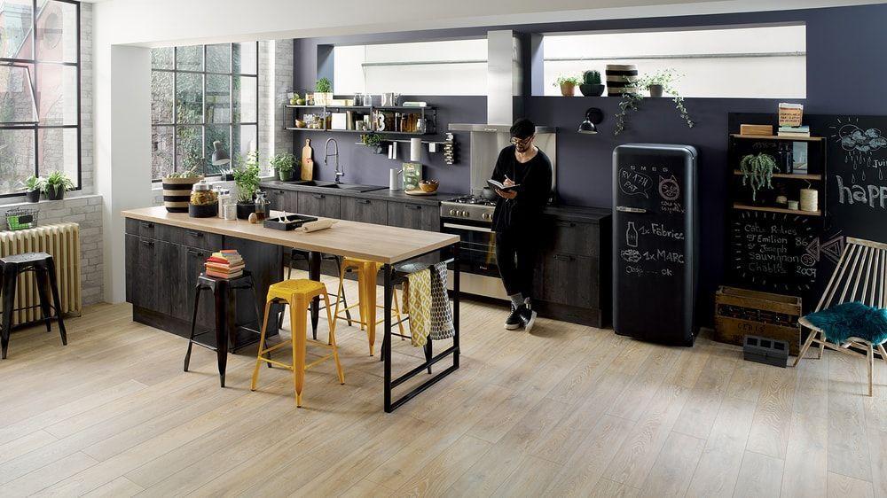 Cuisine Moderne Cuisinella Tabourets De Bar En Metal Industriels Noir Et Jaune Plan De Travail En Bois Ilots Central Cuisine Ilot Cuisine Cuisine Moderne