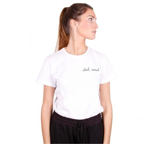 abril, cerral | Camiseta blanca mujer  Un producto confeccionado y bordado de forma artesanal, con un acabado y una terminación hecha a mano. #iconeta #tshirt #camiseta #moda #fashion
