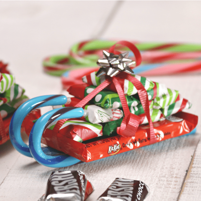 How to make candy cane sleighs with candy bars for christmas these how to make candy cane sleighs with candy bars for christmas these make the best homemade solutioingenieria Gallery