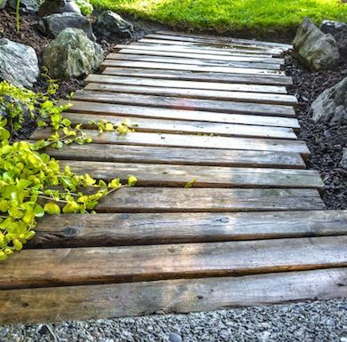 The right path 15 wonderful walkway designs pallet wood for Wooden walkway plans
