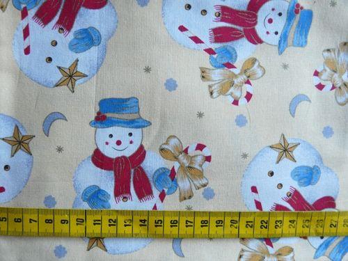 Kerst - Katoenen stof met sneeuwmannen op een beige/lichtgele achtergrond. Ideaal als buitenstof voor een kersthangmatje!