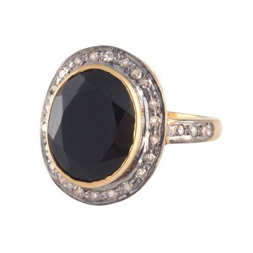 Tendens dyreprint - leopard: Smuk elegant ring fra JEWLSCPH med sort onyx ædelsten omkranset af singlecut diamanter og med enkelte diamanter på selve ringbåndet. Ringen er lavet i sterling sølv, der er sort oxideret omkring diamanterne og ringbåndet er forgyldt med 24 karat guld. Ringen er funklende men på en og samme tid også tidløs og elegant. Pris kun 3.699 kr.