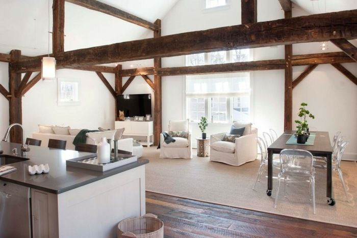 Wohnzimmer im Landhausstil einrichten - Holzbalken an der Decke ...
