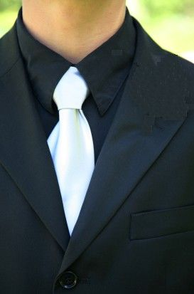 one of my favorite looks... black suit, black shirt, white tie ...