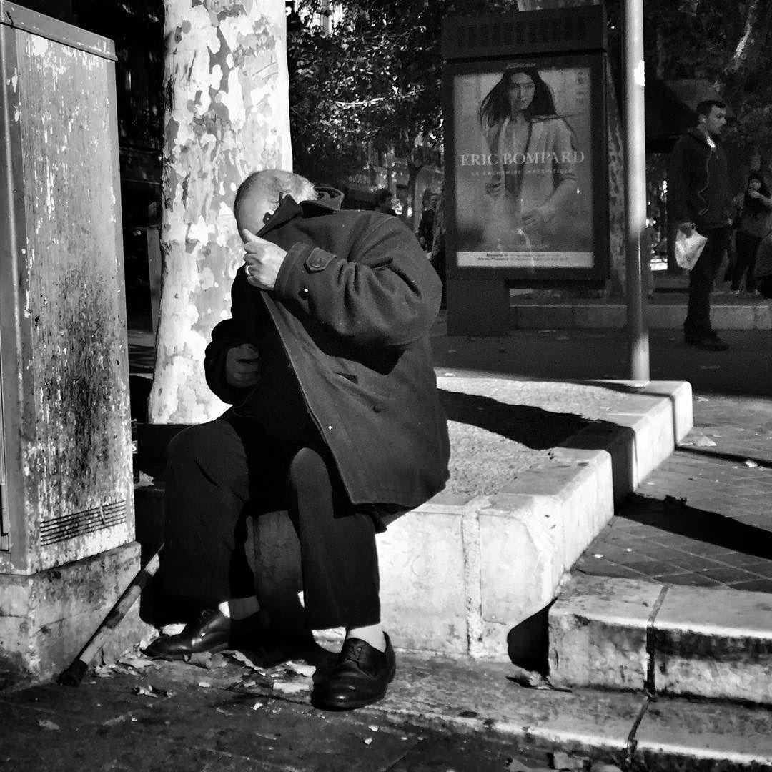 En remontant la Canebière #people of the #street #marseille #canebiere #bnwlife #bnwlovers #marseillerebelle #massalia #streetphotography #instamarseille #planetemars #laviesurmars #streetphoto