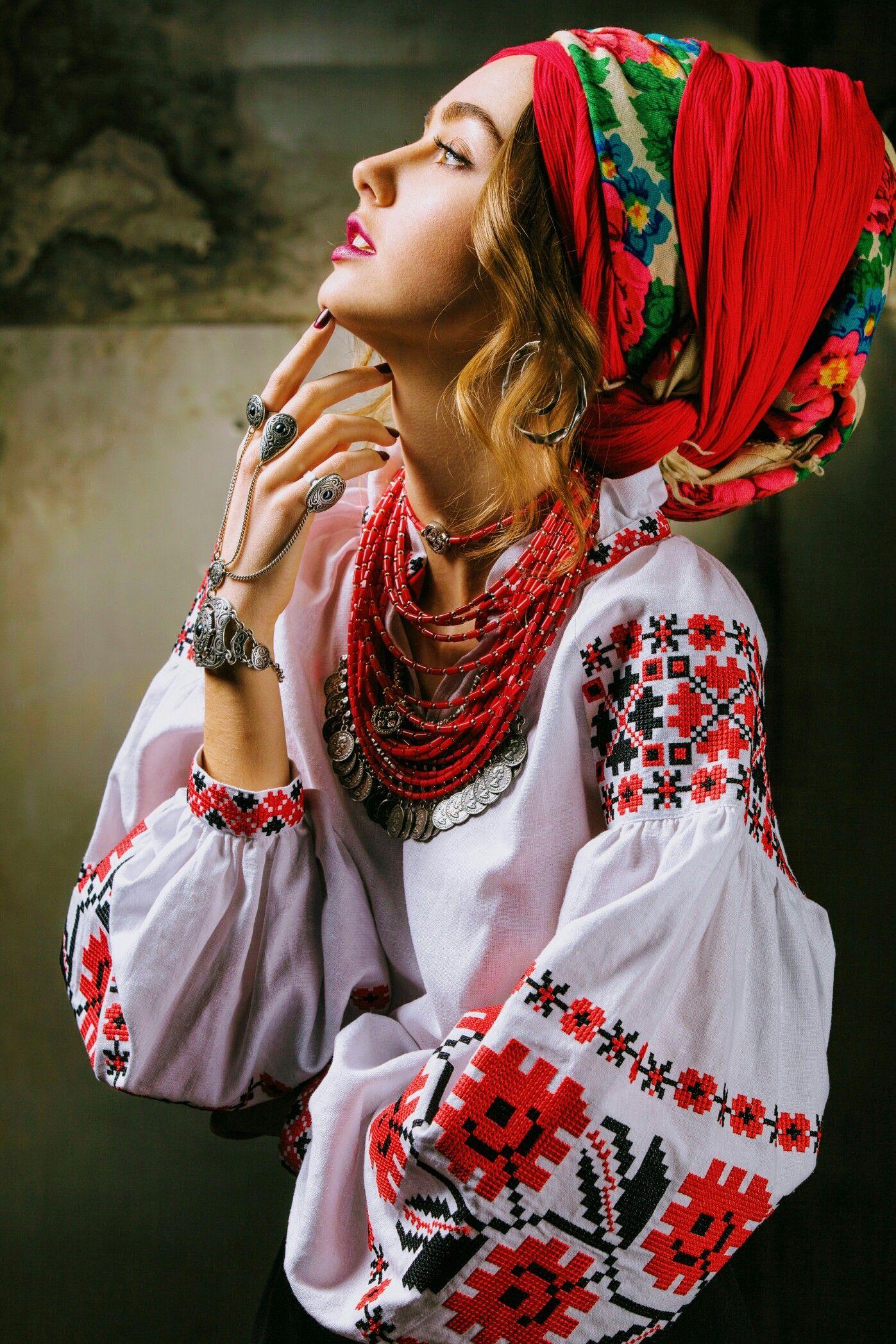 Українка в національному костюмі  8d9832ac26a39