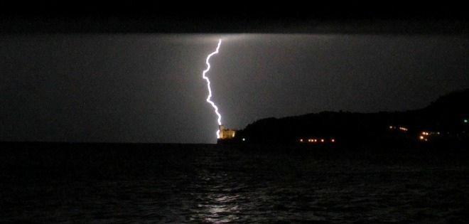 Nottata di temporali, scatti fulminanti - Foto e video - Il Piccolo