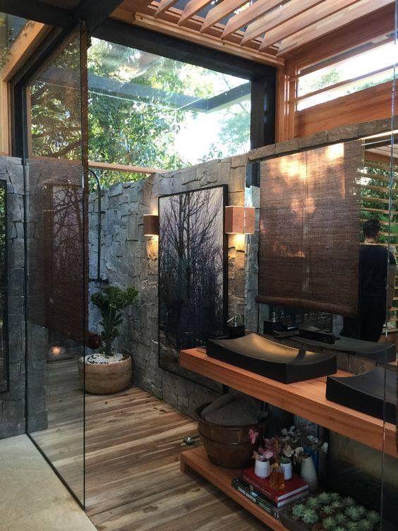 Banheiro com madeira e vidro