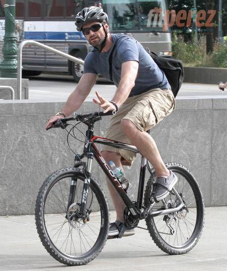 Hugh Jackman Bikes It In Nyc Urban Bike Bike Culture Beach Bike