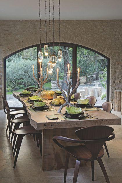 Salle à manger au style rustique habillée de pierres et sa grande