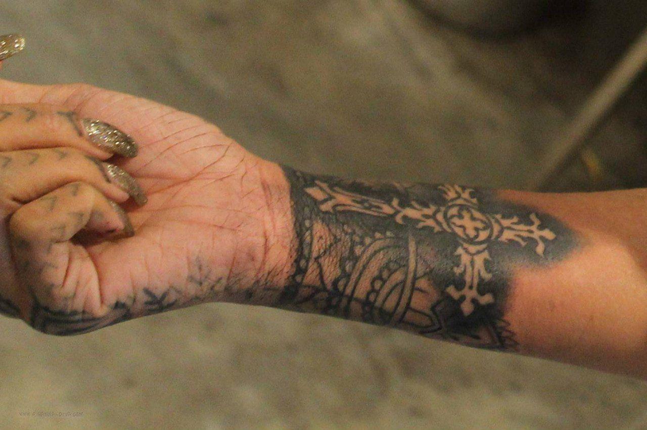 Rihanna Hand Tattoo Google Zoeken Tatuaje Piercing Tatuajes Simples Piercing