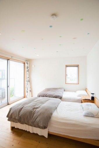 寝室にはベッド以外何もない。布団はドイツ式に折り畳み、清潔に保つことを心がけている。